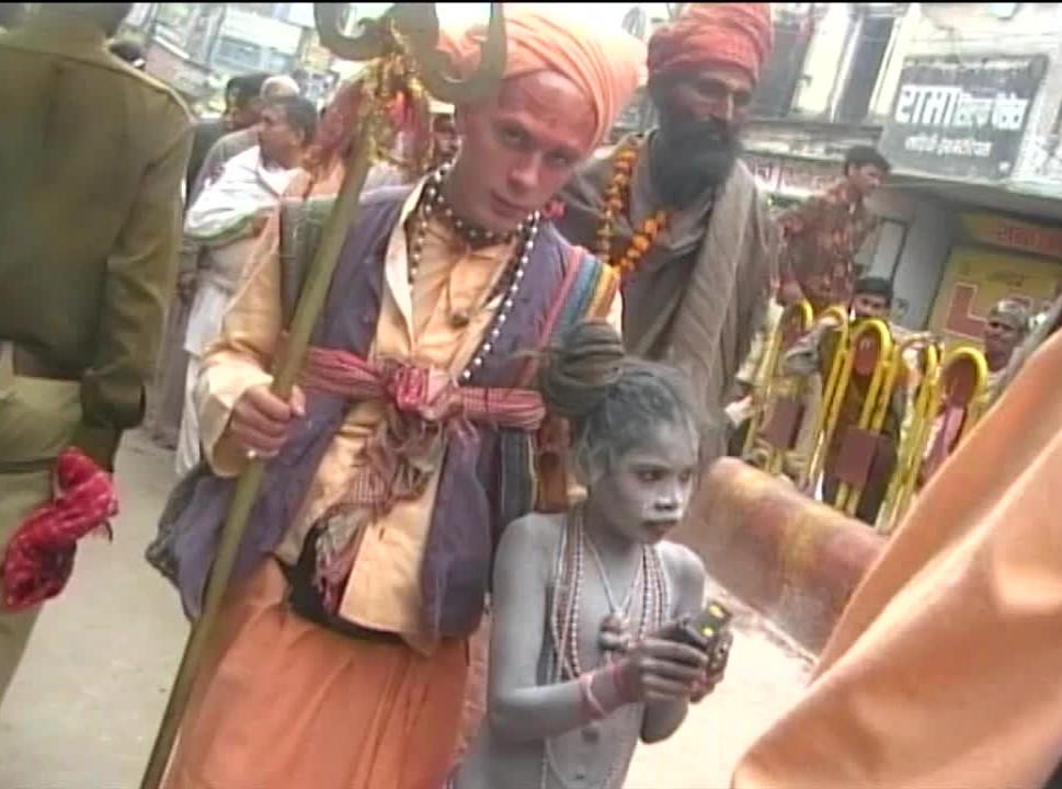 "Polski Sadhu oraz mały brat Manimahesh Giri, święto Shivratri ""Noc Shivy"", Varanasi, Indie"