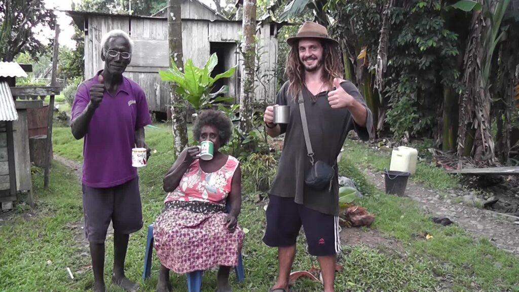 Mieszkańcy Wysp Salomona po raz pierwszy w życiu próbują napoju z kakao z ich własnej plantacji. Fauro, Wyspy Salomona.