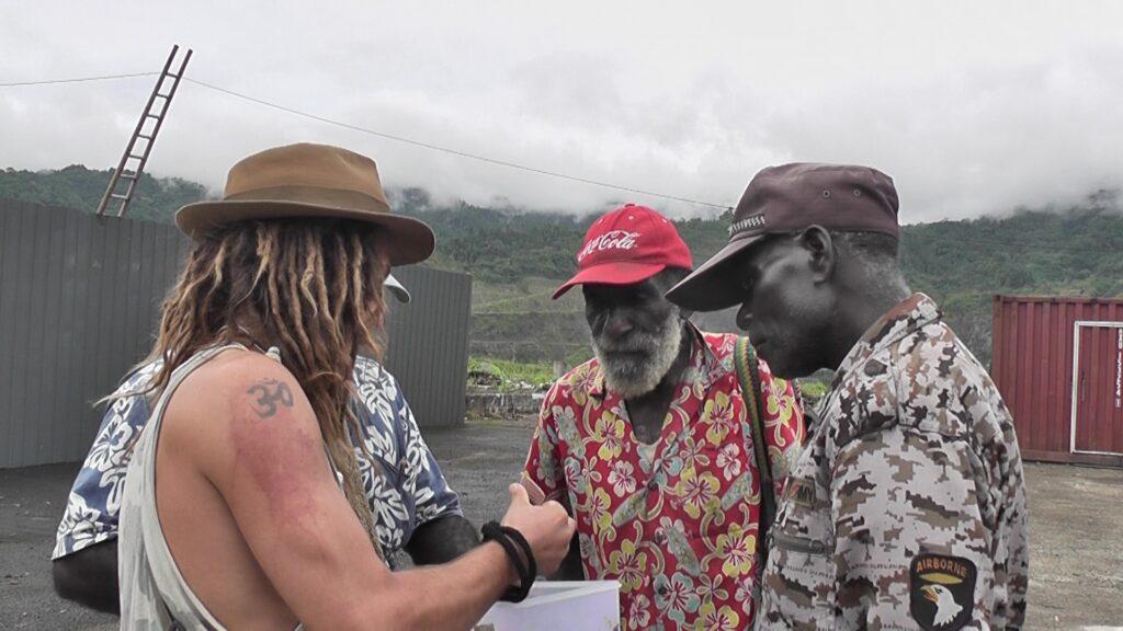 Członkowie niepodległościowego rządu Mekamui dowiadują się o możliwości wytwarzania napoju z nasion kakaowca. Kopalnia Panguna, Bougainville, Papua Nowa Gwinea.
